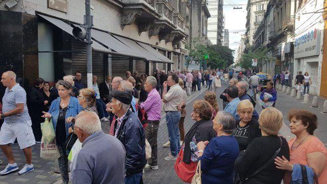 Corte de tránsito y jubilados sin cobrar por una asamblea en un banco