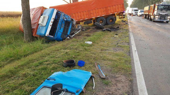 El conductor del camión sufrió graves heridas.