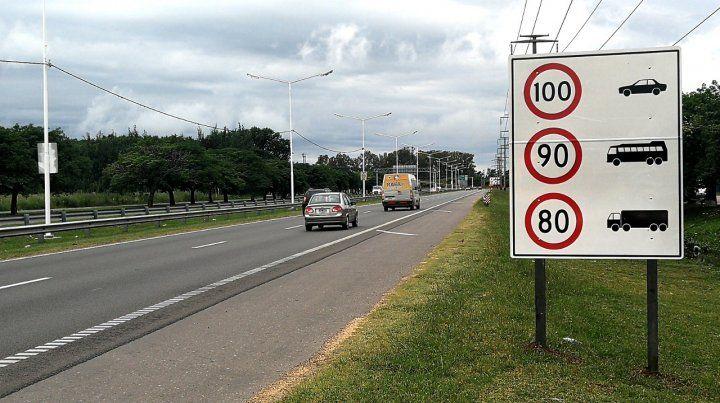 Todo listo. Los carteles que anuncian las velocidades máximas permitidas ya están instalados.