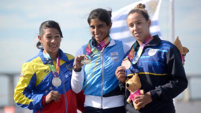 En lo alto del podio. Callueque (en el medio) logró la quinta dorada para Argentina en el segundo día de los Juegos y compartió la premiación con la venezolana Mairovi Jaspe (plata) y la uruguaya Nadia Fernández (bronce).