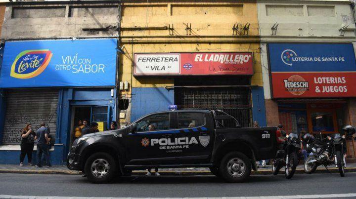 San Lorenzo al 1100. La policía realiza las primeras actuaciones en los locales asaltados.