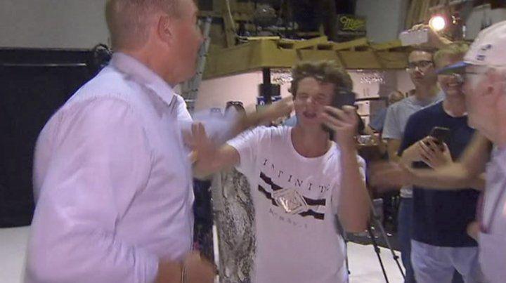 El senador que asoció inmigración con la matanza de Christchurch se peleó con un joven tras recibir un huevazo