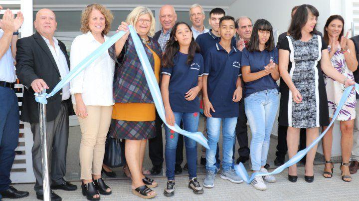 Inaugurando escuela. Antonio Bonfatti junto a la ministra de Educación