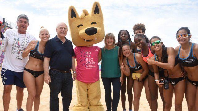 En la arena. Verónica Irizar y Miguel Lifschitz posan con atletas y la mascota de los Juegos de Playa.