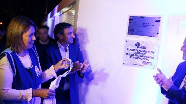 El acto. El jefe comunal Massón junto a la directora del establecimiento y el gobernador Lifschitz.