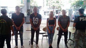 En el bar. Los detenidos en la estación de servicios de Rioja y España.