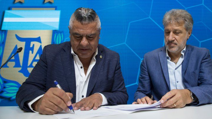Compromiso. Tapia firmó el acuerdo.