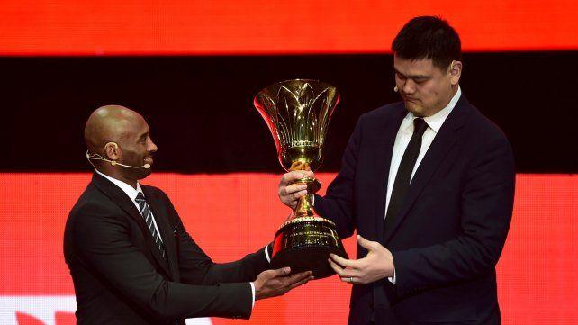 Dos grandes. El estadounidense Kobe Bryant y el chino Yao Ming junto a la Copa.