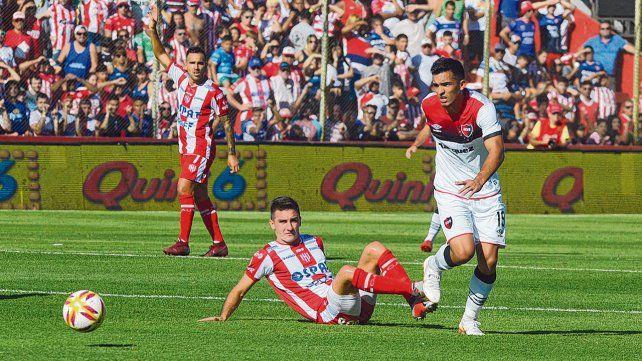 No encajó. Alfio Oviedo intenta un ataque contra Unión