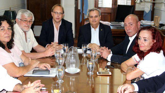 Los ministros de Economía y Gobierno provincial le pidieron a los gremios una mayor comprensión del momento que atraviesa el país.