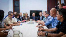 Funcionarios provinciales y los delegados gremiales en la reunión de ayer.