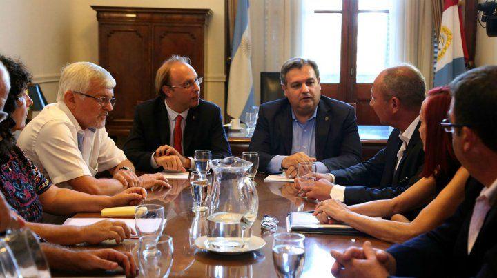 Farías y su colega Saglione junto a los representantes gremiales.