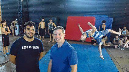 En equipo. El productor rosarino Diego Castro junto al director estadounidense del Cirque Du Soleil, James Santos, en los ensayos de Vangart.