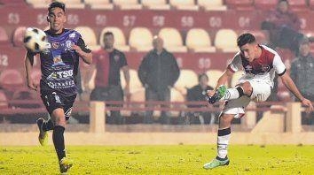 De colección. Joaquín Torres anotó un gran gol en el estreno del año pasado por Superliga ante Deportivo Rincón.