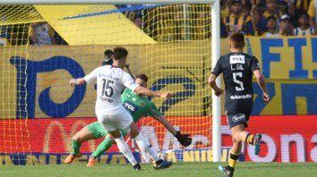 En contra. Reniero define ante la salida de Ledesma. Fue el último gol que le convirtieron al equipo canalla.