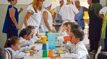 a la mesa. La Región VI del Ministerio de Educación, que abarca a Rosario, cuenta con 378 comedores escolares donde almuerzan 50 mil chicos.