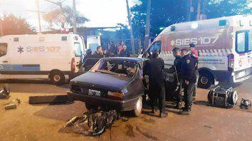 impacto. El Renault 12 colisionó en Ovidio Lagos al 7100 con un camión.