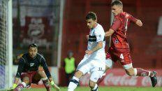Cristian Romero Giraud, el número 4 de Villa Ramallo, en una de las jugadas del partido de anoche.