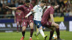 Lio Messi maniobra entre dos rivales. El rosarino poco pudo hacer para contrarrestar los errores del equipo.