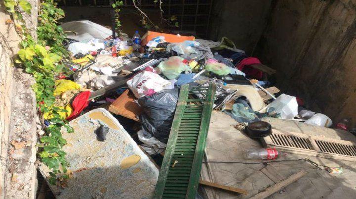 Asombroso. La acumulación de elementos de todo tipo sorprendió al personal que trabajó en el lugar.