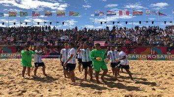A la final. La selección celeste y blanca festejó tras lograr la victoria de 2 a 1 contra Paraguay en el último minuto del partido y lo hicieron bajo el canto de una platea populosa.