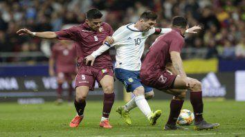 Rodeado. Lionel Messi no pudo desequilibrar ante la marca combinada de los venezolanos. El diez aportó algunas apiladas en velocidad, pero careció de socios.