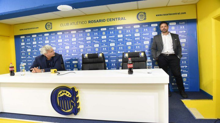 Juntos pero separados por dos sillones. Carloni y Di Pollina previo a la conferencia de prensa en la que presentaron a Diego Cocca como nuevo técnico de Central.