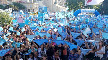Pañuelos celestes. Hubo miles de manifestantes.