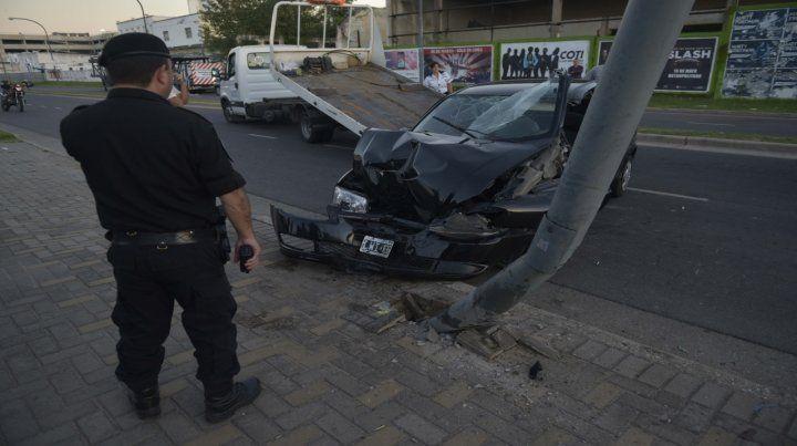 Conmoción. El frente completamente destrozado del Chevrolet Corsa en el que viajaba Silvana.