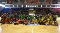 Jugadoras/es. Los planteles de me la juego por la igualdad posan en el Polideportivo de San Lorenzo.