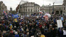 No al divorcio. La imponente demostración donde sobresale una efigie de la primera ministra Theresa May.