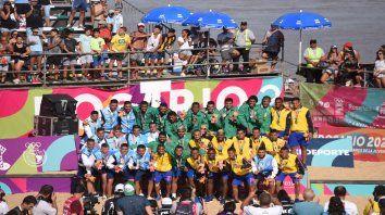 Argentinos, brasileños y colombianos (ganadores del bronce) repartieron buena onda arriba del podio.