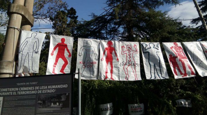 Siluetazo. En Funes se armó una intervención artística para mostrar que ahí funcionó un centro clandestino.