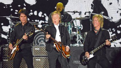 Un tándem. Rusty Anderson, Paul y Brian Ray, en acción. De fondo, el baterista Abe Laboriel. Todos brillaron.