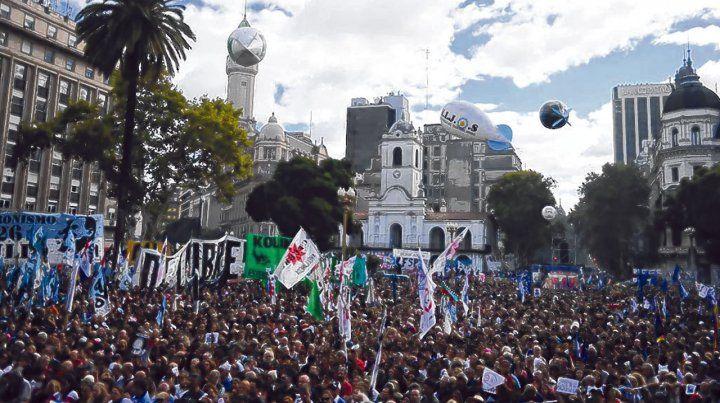 Multitud. Además de la concentración central en la Plaza de Mayo