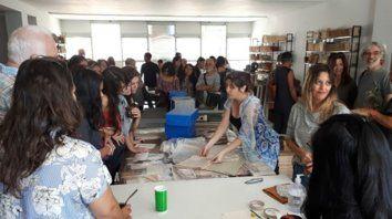Emoción. La Biblioteca Popular Vigil volvió a vivir. Los recorridos guiados convocan a vecinos, ex alumnos, y muchos jóvenes dispuestos a sumarse.