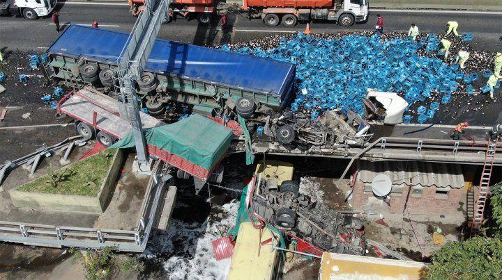Chocaron dos camiones y la autopista quedó obstruida por cervezas