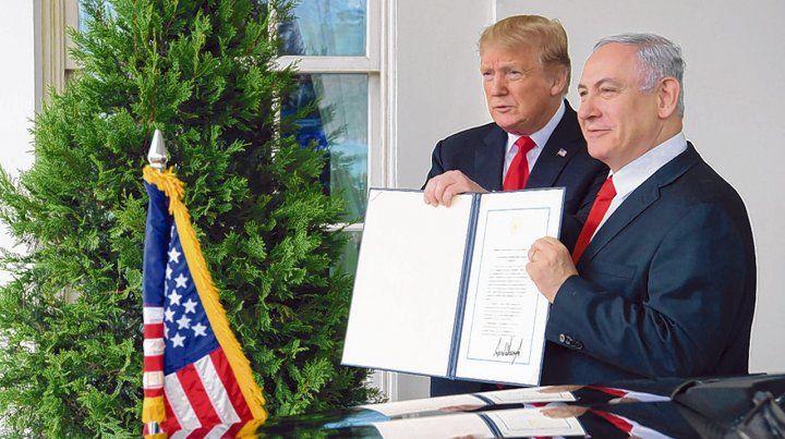 Trump y Netanyahu. El presidente estadounidense recibió ayer al primer ministro israelí en la Casa Blanca.
