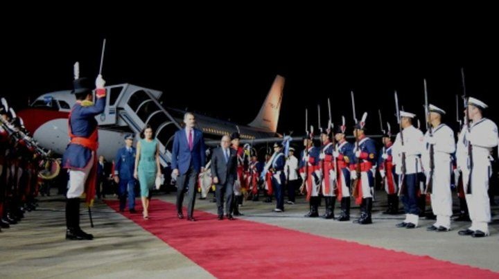 Papelón. Felipe VI y Letizia no podían bajar por falta de una escalera.