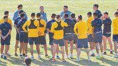 Charla técnica. El pelotón canalla escucha a Cocca, quien debe definir el equipo que pondrá ante Argentinos, en el entrenamiento realizado en el country de Arroyo Seco.