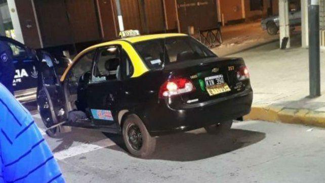 El taxi recibió varios impactos de arma de fuego.