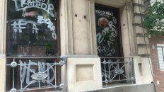 La fachada del Comité Departamental de la UCR amaneció con pintadas.
