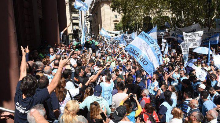 Los trabajadores municipales se manifestaron en reclamo de una mejor oferta salarial