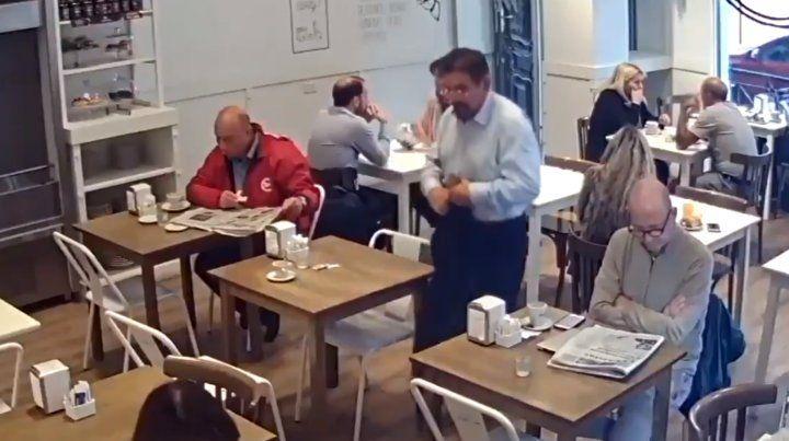 Un video muestra cómo un hombre le roba la cartera a una clienta en un bar céntrico