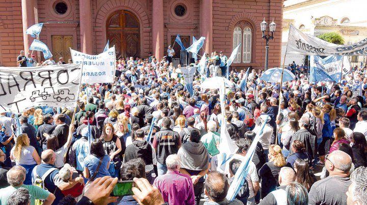 Nutrida. Los municipales expresaron todo su descontento por la política salarial en la puerta del Palacio de los Leones.