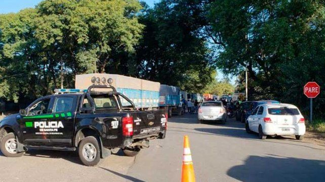 Vecinos de Villa La Ribera cortan la ruta 11 y exigen la reconstrucción del puente