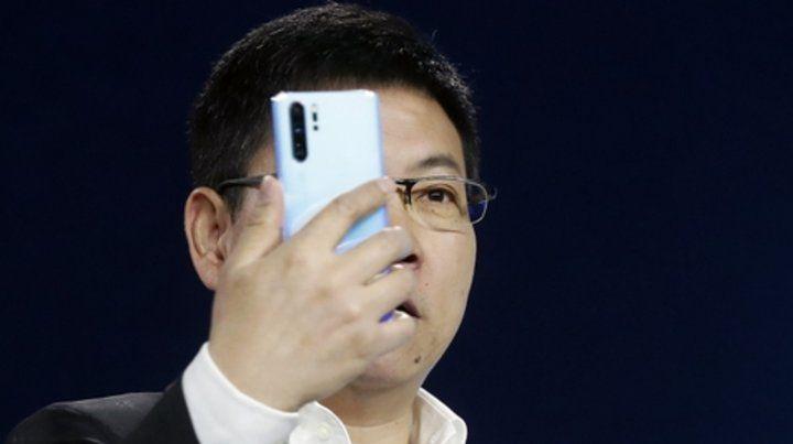 Rivales. El nuevo celular de Huawei fue presentado ayer en París. Compite con el Samsung S10 Plus.
