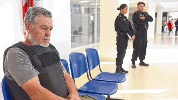 Espera. Alberto Perassi, serio y pensativo, aguarda ser llamado para declarar en el Centro de Justicia Penal.