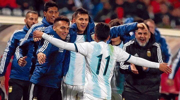 Muy celebrado. El rosarino Correa (11) corrió a festejar el gol con sus compañeros Lautaro Martínez