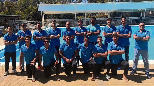 Todos juntos. El plantel albiceleste antes del debut en el torneo de Australia.